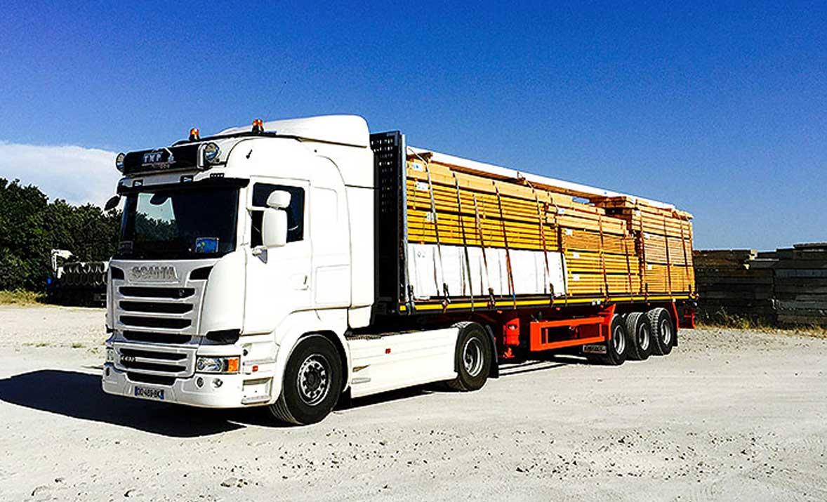 Transport de bois sur plateau